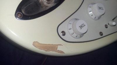 Como reparar pequeños desperfectos o astilladuras en una guitarra