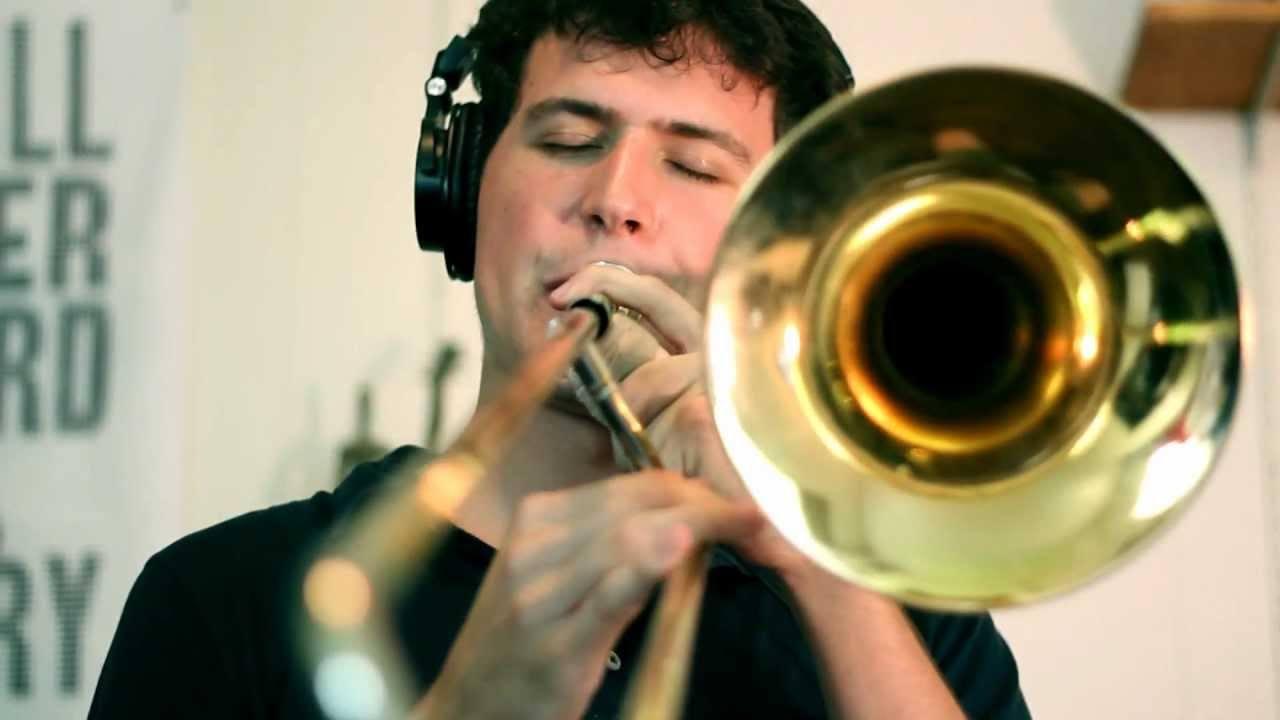 hombre tocando trombon