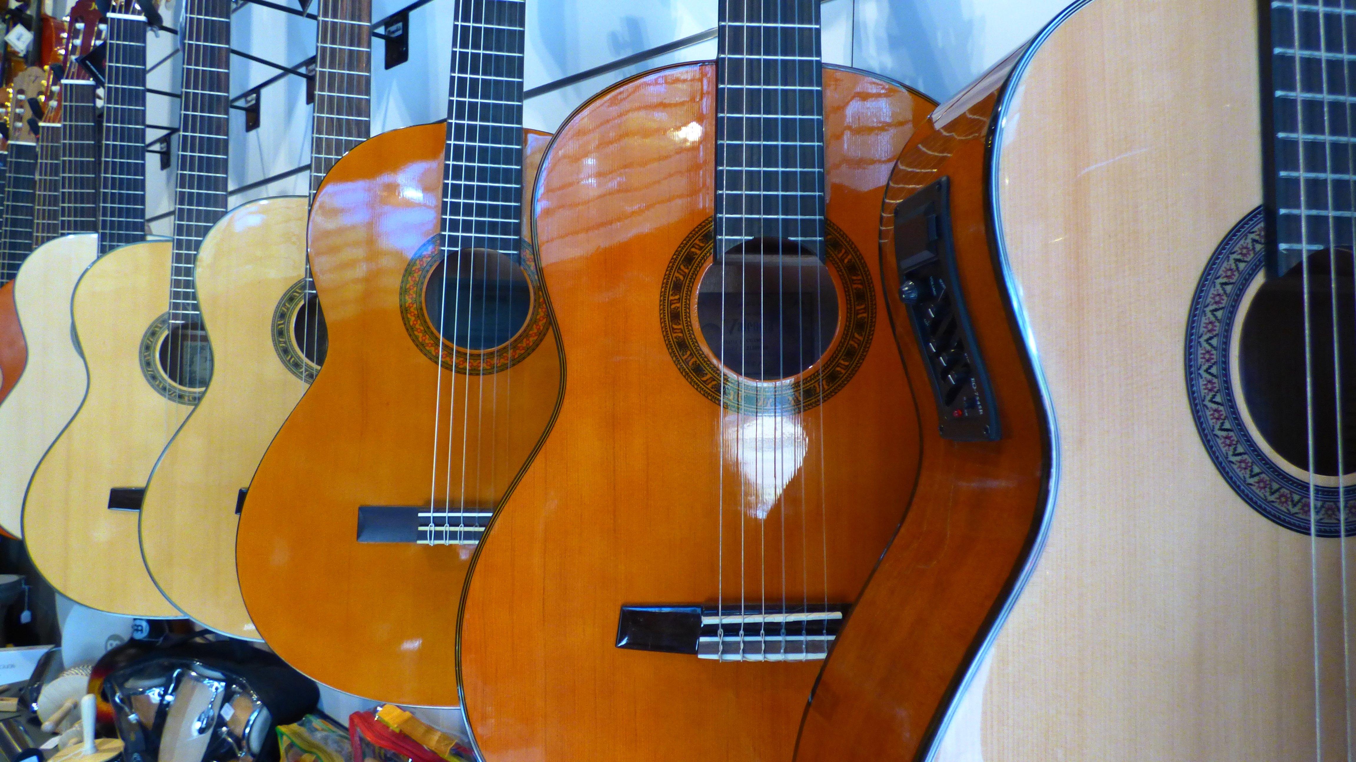 C mo elegir una guitarra electrica para ni os for Guitarras la clasica