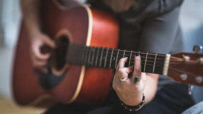 La música contra el aislamiento. 10 consejos para tocar la guitarra.