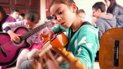 ¿Tu hij@ quiere empezar a tocar la guitarra? Musicopolix te ayuda a comprar guitarra infantil