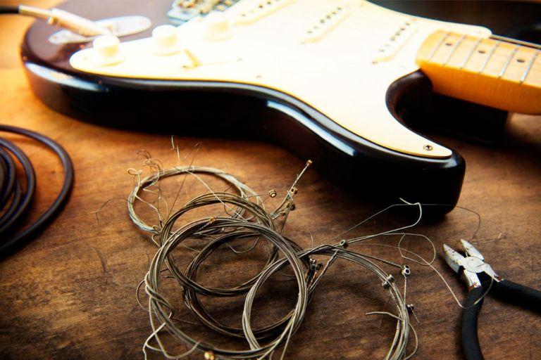 Cómo cambiar las cuerdas de tu guitarra portada