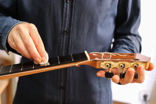 Cómo limpiar una guitarra portada