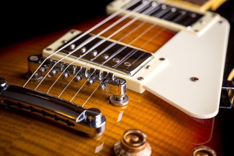 cómo ajustar el puente de una guitarra eléctrica portada