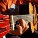 como cambiar las cuerdas de una guitarra acústica portada